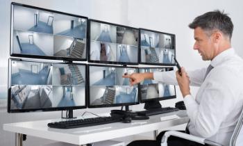 Monitoren zes schermen - bewaker met communicatiemiddel - CBO Security - overige beveilidingsdiensten