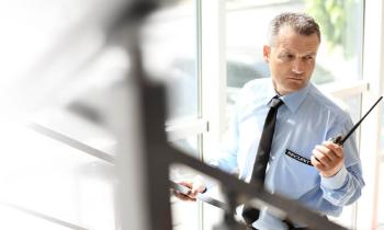 Bewaker op trap met walkie talkie - CBO Security - Mobiele surveillance